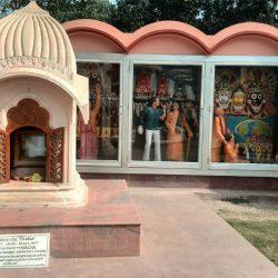 Барельеф возле самадхи Джаянанды