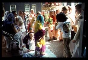 Встреча Шрилы Прабхупады перед входом в нью-йоркский храм. Джаянанда с гирляндой слева на фотографии