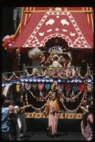 Джаянанда управляет колесницей Господа Джаганнатхи