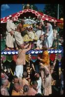 Джаянанда и преданные приглашают Господа вселенной на сцену