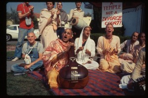 Харинама в Лос-Анджелесе, 1977 г. Джаянанда сидит справа за преданными