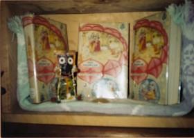"""Божество Джаганнатхи, которому поклонялся Джаянанда, и Первая песнь """"Шримад-Бхагаватам"""", приобретенная им у Шрилы Прабхупады"""