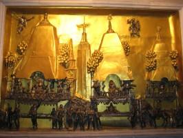 Панно справа от усыпальницы Шрилы Прабхупады, изображающее фестиваль Ратха-ятры в Нью-Йорке 1976 г.