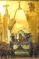 Шрила Прабхупада восседает на колеснице Госпожи Субхадры на фоне небоскребов