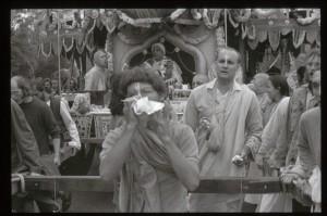 Джаянанда и преданный с раковиной перед колесницей со Шрилой Прабхупадой. 1969 г.
