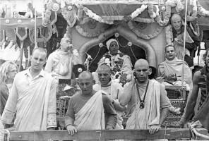 Джаянанда и Нара-Нараяна перед Шрилой Прабхупадой, восседающим на колеснице