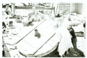 Джаянанда (за преданными слева) руководит поднятием деревянного колеса колесницы. Сан-Франциско, 1970 г.