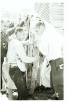 Джаянанда (слева) и преданные поднимают деревянное колесо колесницы. Сан-Франциско, 1970 г.