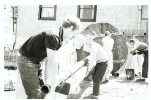 Джаянанда смазывает колесо колесницы. Сан-Франциско, 1970 г.