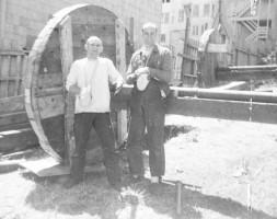 Джаянанда и Нара-Нараяна позируют перед огромным деревянным колесом колесницы. Сан-Франциско, 1970 г.