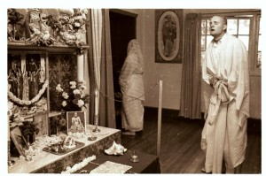 Джаянанда повторяет джапу перед Божествами в алтарной комнате