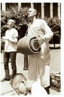 Джаянанда играет на мриданге на уличной харинаме