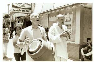 Джаянанда играет на караталах на уличной харинаме