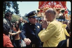 Джаянанда и полицейский перед колесницей. Ратха-ятра в Сан-Франциско