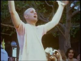 Джаянанда танцует в киртане на Фестивале Господа Чайтаньи в Беркли, 1969 г.