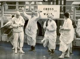 """Джаянанда с преданными на харинаме (Фото из городской газеты """"Сан-Франциско экземинер"""" от 29 декабря 1969 г.)"""