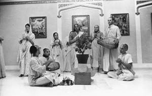 Джаянанда играет на мриданге во время туласи-пуджи в храме