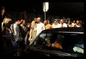 Джаянанда (справа в белой рубашке) и преданные встречают Шрилу Прабхупаду в аэропорту