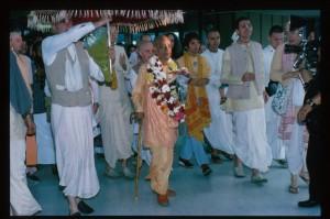 Джаянанда держит зонт над Шрилой Прабхупадой во время встречи в аэропорту