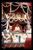 Шрила Прабхупада на колеснице на фестивале