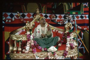Шрила Прабхупада на вьясасане на сцене во время фестиваля Ратха-ятры в Сан-Франциско в 1975 г.