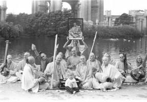 """Джаянанда (в центре с караталами) вместе преданными группы """"Радха-Дамодара"""" позируют на фоне """"Дворца изящных искусств"""" в парке в Сан-Франциско"""