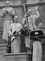 """Джаянанда, Датта, Джанакинатх, Вишвамитра позируют на фоне """"Дворца изящных искусств"""" в парке в Сан-Франциско"""