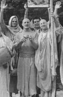 """Джаянанда и Гурудас с группой """"Радха-Дамодара"""" в парке в Сан-Франциско. 1975 г."""