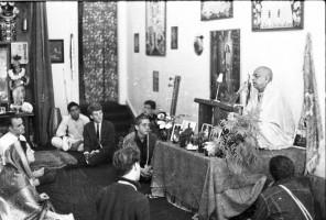 Джаянанда (слева в галстуке) на лекции Шрилы Прабхупады