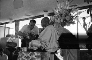 Джаянанда предлагает цветы Шриле Прабхупаде