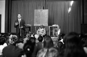 Джаянанда и Шрила Прабхупада на публичной программе