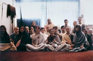 Джаянанда (второй слева) со Шрилой Прабхупадой и группой преданных в храме