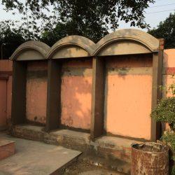 Возведение барельефа возле самадхи Джаянанды